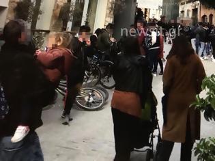 Φωτογραφία για «Ποτάρες» από 700 άτομα στου Ψυρρή την ώρα που ο Χαρδαλιάς ανακοίνωνε lockdown!