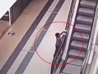 Φωτογραφία για Τρομακτικό: Τετράχρονο αγοράκι έπεσε από ύψος 20 μέτρων σε κυλιόμενες σκάλες μέσα σε εμπορικό κέντρο (Video)
