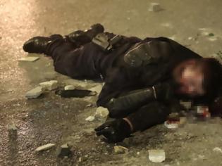 Φωτογραφία για «Πόλεμος» στη Νέα Σμύρνη: Σοβαρά τραυματίας αστυνομικός -Τον ξυλοκόπησαν κουκουλοφόροι