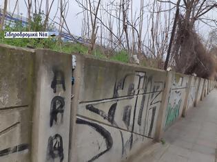 Φωτογραφία για Σε επικίνδυνη κλίση το τοιχίο της περίφραξης του Σιδηροδρομικού σταθμού Θεσσαλονίκης. Εικόνες.