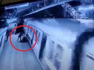 Φωτογραφία για Αρρωστημένο πάθος: Αρνήθηκε να τον παντρευτεί και της κόλλησε το κεφάλι σε κινούμενο τρένο - Βίντεο.