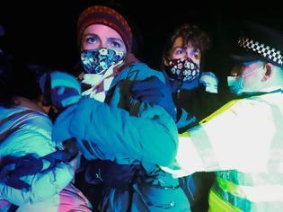 Φωτογραφία για Βρετανία : Βίαιη επέμβαση της αστυνομίας στην ολονυκτία που πραγματοποιήθηκε στη μνήμη της Σάρα Έβεραρντ