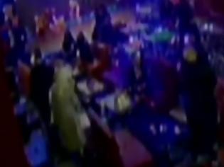 Φωτογραφία για Η στιγμή της εφόδου στο νυχτερινό κέντρο στη Λιοσίων που λειτουργούσε παράνομα - Νέο κορονοπάρτι στην Πάτρα (βίντεο)