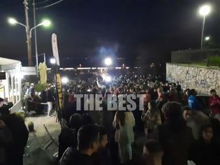 Φωτογραφία για Πάτρα-TΩΡΑ- ΒΙΝΤΕΟ: Εικόνες σε Αγίου Νικολάου και Κάστρο που θυμίζουν τρελό πάρτι στο τέλος καρναβαλικής παρέλασης