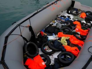 Φωτογραφία για Πολύνεκρο ναυάγιο με μετανάστες στα ανοιχτά της Τυνησίας