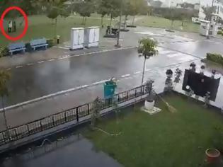 Φωτογραφία για Σοκαριστικό: Κεραυνοβολήθηκαν τέσσερις άνθρωποι  - Νεκρός ο ένας (Video)