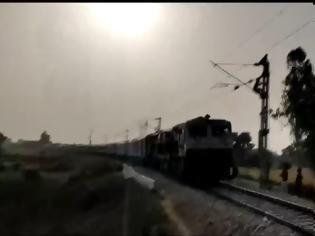 Φωτογραφία για Απίστευτο! Συρμός ξαφνικά άλλαξε κατεύθυνση και έκανε πορεία πίσω! Βίντεο!