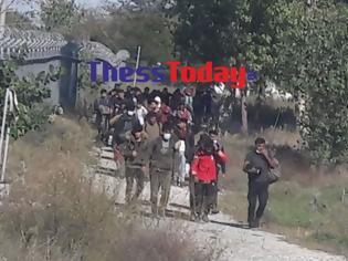 Φωτογραφία για Αυξάνονται οι ροές μεταναστών στην Ειδομένη. Επιβιβάζονται κρυφά σε εμπορικά τρένα.