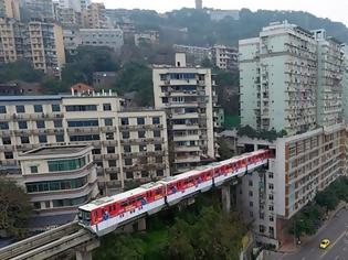 Φωτογραφία για Κίνα: Τρένο περνά μέσα από πολυκατοικία.