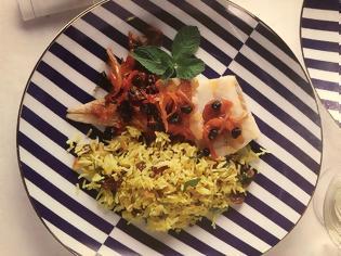 Φωτογραφία για Υγιεινές συνταγές από τον σεφ Παναγιώτη Μουτσόπουλο: Μπακαλιάρος με καραμελωμένα κρεμμύδια και σταφίδες στο φούρνο με ρύζι μπασμάτι, με κουρκουμά, κουκουνάρι και δυόσμο