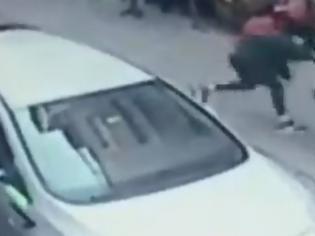 Φωτογραφία για Επίθεση-σοκ στη μέση του δρόμου: Μαχαίρωσε τη γυναίκα του επειδή τον εγκατέλειψε