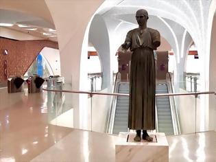 Φωτογραφία για Ο Ηνίοχος των Δελφών κοσμεί τον σταθμό του Μετρό στο αεροδρόμιο της Ντόχα.