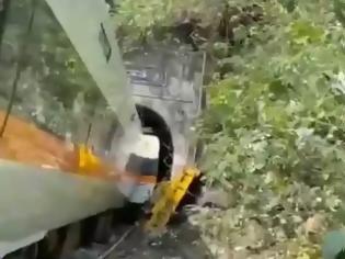 Φωτογραφία για Η στιγμή που το τρένο «καρφώθηκε» στο φορτηγό που προκάλεσε την τραγωδία στην Ταϊβάν!