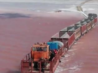 Φωτογραφία για Ένα τρένο διασχίζει τη λίμνη! Οφθαλμαπάτη ή αλήθεια; Η λίμνη της Σιβηρίας που αλλάζει χρώμα το καλοκαίρι και φιλοξενεί τη γαρίδα με τα 3 μάτια...