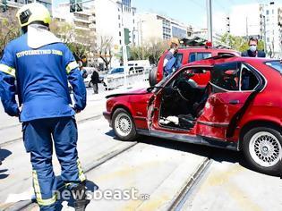 Φωτογραφία για Σύγκρουση αυτοκινήτου με τραμ στο Νέο Κόσμο: Απεγκλωβίστηκε ένας ηλικιωμένος.