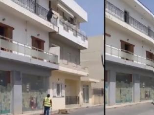 Φωτογραφία για Κρήτη: Γυναίκα πετάει από τον δεύτερο όροφο τα σκουπίδια της - Είναι δουλεία σου λέει σε γυναίκα που καθαρίζει