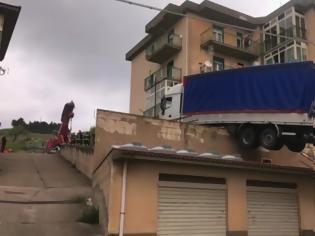 Φωτογραφία για Φορτηγό κατέληξε σε ταράτσα κτιρίου (Video)