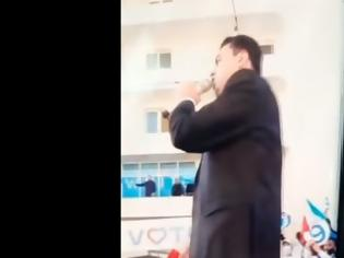Φωτογραφία για Αλβανία: Απίστευτο σκηνικό με τον ηγέτη της αξιωματικής αντιπολίτευσης - Έξυνε τα επίμαχα on air (Video)