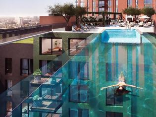 Φωτογραφία για Μοναδικό: Η διάφανη πισίνα σε ύψος 35 μέτρων που ενώνει δύο πολυκατοικίες σαν γέφυρα
