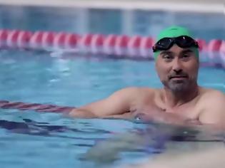 Φωτογραφία για Γιώργος Καπουτζίδης: κολυμπάει την πισίνα και μας μαθαίνει τα κόλπα (Video)