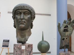 Φωτογραφία για Ρώμη: Γιγαντιαίο άγαλμα του Μεγάλου Κωνσταντίνου ξαναβρήκε το δάχτυλό του μετά από 500 χρόνια
