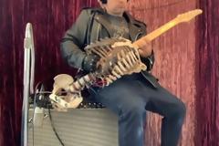 Μουσικός κατασκευάζει κιθάρα από το σκελετό του Έλληνα θείου του