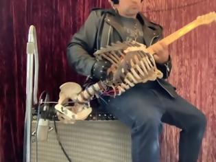 Φωτογραφία για Μουσικός κατασκευάζει κιθάρα από το σκελετό του Έλληνα θείου του