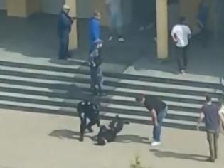 Φωτογραφία για Μακελειό στη Ρωσία: Νεκρός ένας από τους δράστες - Μαθητές έπεσαν από τα παράθυρα για να σωθούν