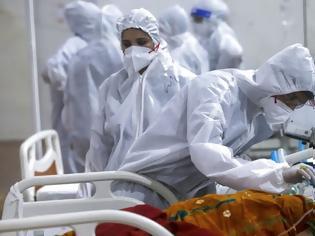 Φωτογραφία για Κοροναϊός - Ινδία: Καλύπτουν το σώμα τους με κοπριά και ούρα ζώων για να ιαθούν από τον ϊό