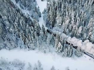 Φωτογραφία για Αυτό το vintage ατμοκίνητο τρένο μεταφέρει τους επιβάτες  στη Σοβιετική εποχή.