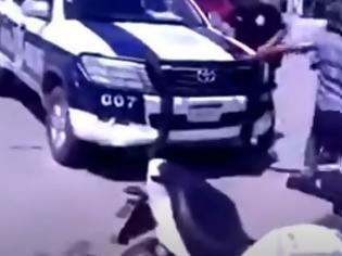 Φωτογραφία για Μεξικανός πήρε το γκλοπ αστυνομικού που του έγραφε κλήση και τον πλάκωσε στο ξύλο