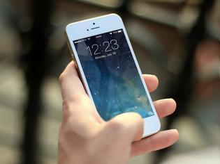 Φωτογραφία για Εκατομμύρια από την Apple σε πελάτισσα - Τεχνικοί δημοσίευσαν με το iPhone της ακατάλληλο υλικό