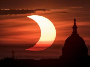 Φωτογραφία για «Δαχτυλίδι της φωτιάς»: Εντυπωσιακές εικόνες από την ηλιακή έκλειψη