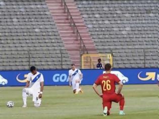 Φωτογραφία για Γιατί γονατίζουν τα παιδιά της Εθνικής ποδοσφαίρου;