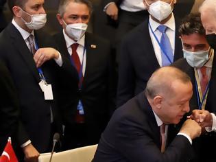 Φωτογραφία για Ο χαιρετισμός σαν χειροφίλημα Ερντογάν σε Μπάιντεν - Διαλλακτικός και υπέρ του διαλόγου για τα ελληνοτουρκικά