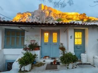 Φωτογραφία για Λες κι ολόκληρη η Ακρόπολη, ακούμπησε στην στέγη αυτού του ταπεινού σπιτιού για να ξεκουραστεί..!
