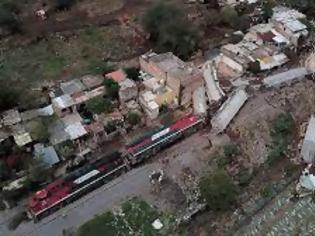 Φωτογραφία για Μεξικό: Τρένο εκτροχιάστηκε και έπεσε σε σπίτια