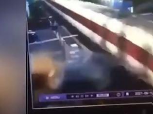 Φωτογραφία για Range Rover πέφτει σε τρένο που πάει με 200 χλμ./ώρα και διαλύεται - Βίντεο.