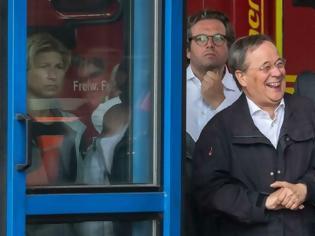 Φωτογραφία για Γερμανία: Απίστευτη εικόνα πρωθυπουργού – Ξεκαρδίζεται ενώ ο πρόεδρος μιλά για τα θύματα των καταστροφών! (+vid)