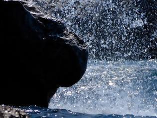 Φωτογραφία για Κρήτη: Διασώθηκε ζευγάρι τουριστών - Ανατράπηκε η βάρκα τους, κολύμπησαν για ώρες στην τρικυμία, πέρασαν τη νύχτα σε σπηλιά