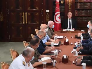 Φωτογραφία για Τυνησία: Ο πρόεδρος ανέστειλε το Κοινοβούλιο και απέπεμψε τον πρωθυπουργό - Οχήματα του στρατού περικύκλωσαν τη Βουλή