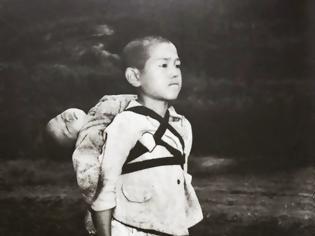 Φωτογραφία για Το αγόρι που κουβαλά τον νεκρό αδερφό του στο Ναγκασάκι
