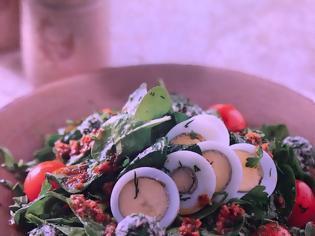 Φωτογραφία για Υγιεινές συνταγές από τον σεφ Παναγιώτη Μουτσόπουλο: Σαλάτα με σπανάκι, καυκαλήθρες, ντοματίνια, αυγά και αρωματικά τυρομπαλάκια