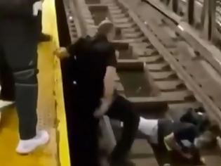 Φωτογραφία για Δραματικές στιγμές σε σταθμό του μετρό στη Νέα Υόρκη: Άντρας λιποθύμησε και έπεσε στις ράγες.