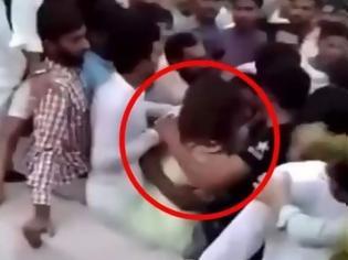 Φωτογραφία για Οργή στο Πακιστάν: 300-400 άνδρες επιτέθηκαν σεξουαλικά σε κοπέλα που τραβούσε βίντεο στο Tik Tok