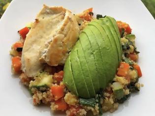 Φωτογραφία για Υγιεινές συνταγές από τον σεφ Παναγιώτη Μουτσόπουλο: Ψητό στήθος κοτόπουλου, με αβοκάντο και σαλάτα από λευκή κινόα με λαχανικά