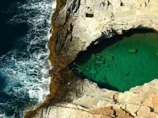 Φωτογραφία για Το δάκρυ της Αφροδίτης: Η φυσική πισίνα που τη χωρίζουν μερικά εκατοστά από την θάλασσα