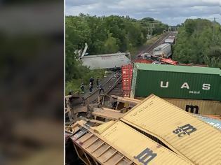 Φωτογραφία για Δύο εμπορικά τρένα συγκρούονται, εκτροχιάζοντας πολλά βαγόνια στο Πρέσκοτ στο Οντάριο.