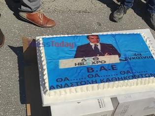 Φωτογραφία για Θεσσαλονίκη: Υγειονομικοί έκοψαν τούρτα Μητσοτάκη και άπλωσαν τριαντάφυλλα