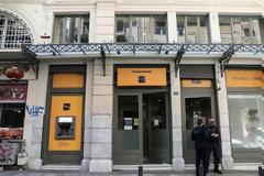 Ληστεία σε τράπεζα στο κέντρο της Αθήνας- «Με βερμούδες και καλάσνικοφ»